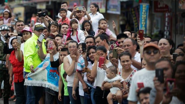 Gente esperando el paso del Papa hacia el lugar donde se celebró la misa. Foto: AP / Andrew Medichini