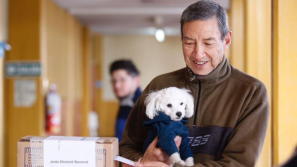Jorge y su perro Willy, votando en Godoy Cruz, Mendoza. Foto: LA NACION / Marcelo Aguilar