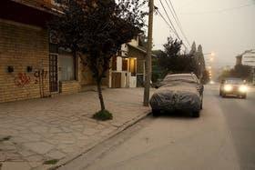 Un fina capa de ceniza cubre la ciudad de Bariloche,