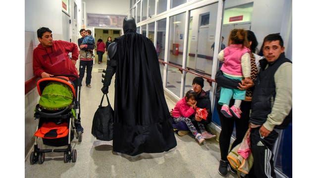 Batman se va del hospital Sor Maria Ludovica en La plata luego de visitar a los niños