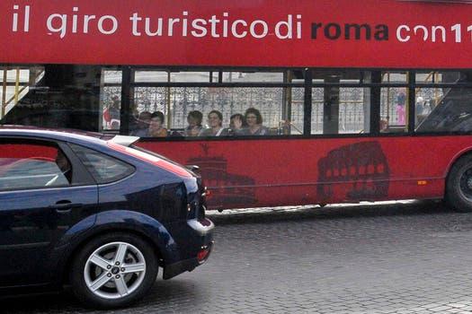 Varios turistas sorprendidos al ver al Papa por las calles de Italia. Foto: AP