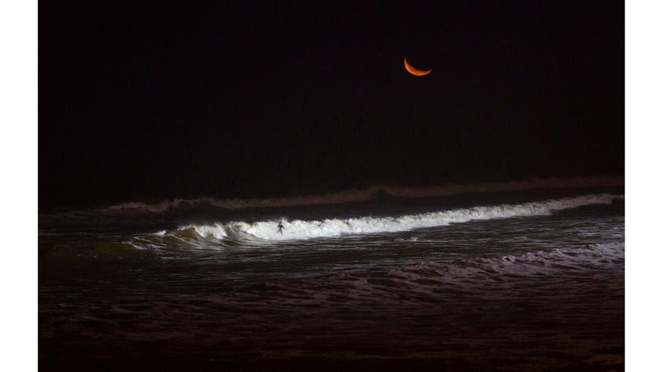 Cuando los casi 10 millones de habitantes de Lima se alistan para dormir, un puñado de surfistas baja hasta la única playa de Perú donde se puede surfear por la noche . Foto: AP / Rodrigo Abd