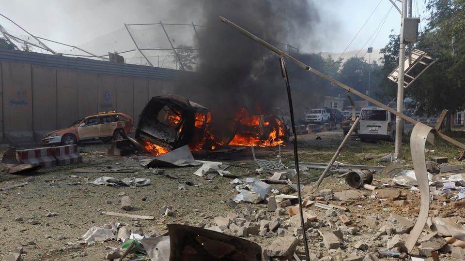 Varios vehículos se incendiaron tras el atentado. Foto: Reuters