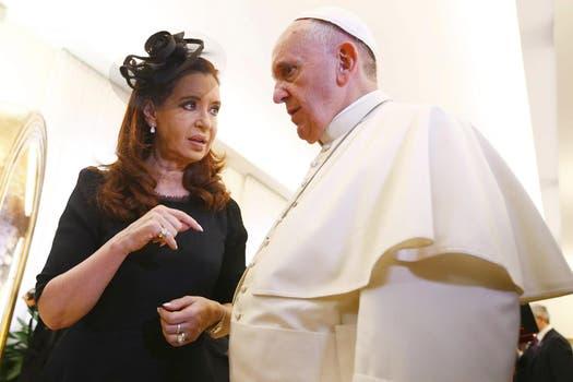 "El diputado Eduardo de Pedro le regaló al Papa salames de Mercedes, ""el mejor salame quintero del país"". Foto: EFE"