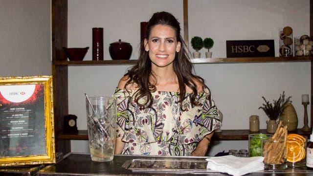 Mona Gallosi fue la encargada de hacer los tragos en la casa HSBC una vez terminado el partido.