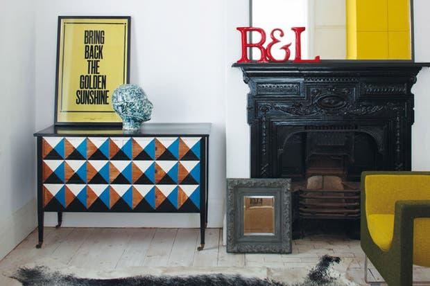 Una cajonera oscura y aburrida aparece renovada con tonos contrastantes aplicados a triángulos perfectos. Fotos: http://elledecoration.co.za.