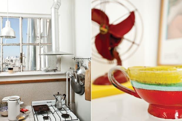 La campana de cocina en chapa de zinc pintada en color aluminio: otro diseño del propietario. Siguiendo con la idea de crear un orden estético para agrandar visualmente el espacio, las baldosas del piso de la cocina se pintaron de blanco con pintura epoxi..
