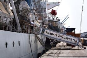 La Fragata Libertad, ayer, en el puerto de Tema