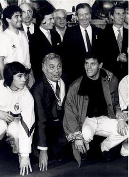 Integrantes del seleccionado Argentino de fútbol, agasajados por el presidente de la Nación en la casa rosada, luego de obtener el subcampeonato mundial de fútbol en Italia. 09 de Julio de 1990. Foto: Archivo