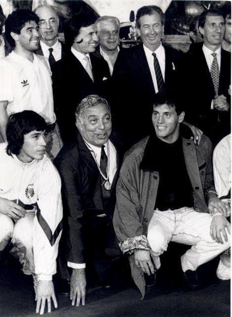 Integrantes del seleccionado Argentino de fútbol, agasajados por el presidente de la Nación en la casa rosada, luego de obtener el subcampeonato mundial de fútbol en Italia. 09 de Julio de 1990.  Foto:Archivo
