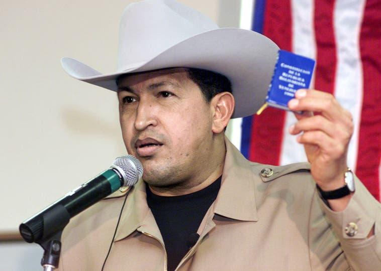El 2 de junio 2001, el presidente de Venezuela, Hugo Chávez sostiene una copia pequeña de la constitución de su país. Foto: AP