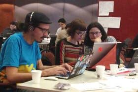 De izquierda a derecha, Manuel Aristarán (Fellow programador del programa internacional Knight-Mozilla Open News en LA NACION durante 2013), Yanina Ronconi (diseñadora interactiva) y Florencia Coelho (investigadora de LN Data)