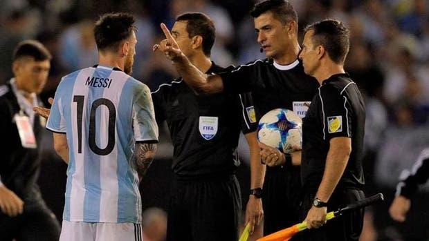 Messi discutiendo con los árbitros luego del partido