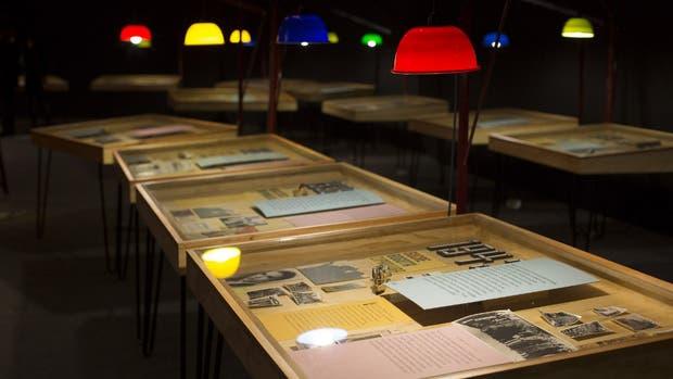 En las vitrinas hay fotos familiares, recortes de diarios y libros marcados por el escritor