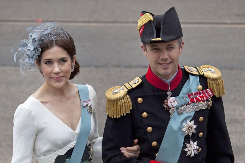 El príncipe Federico de Dinamarca y la princesa María, al llegar a la iglesia donde Guillermo Alejandro juró como nuevo rey de Holanda. Foto: AP