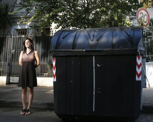Virginia Fernández, de Flores, está cansada de vivir junto a un contenedor