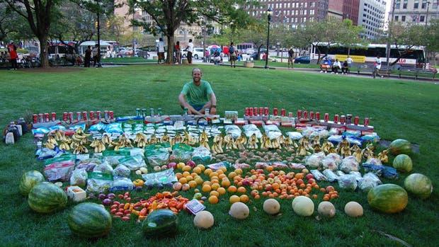 El activista estadounidense Rob Greenfield junto a comida rescatada de la basura