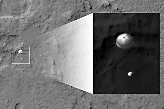 Vista de la llegada de Curiosity y su paracaídas, tomada desde el satélite Odyssey. Foto: NASA