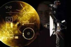 Entre el disco de oro y la maqueta de la sonda, se observa la imagen del astrónomo apasionado Carl Sagan