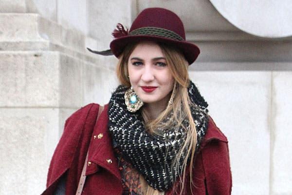 ¡Viva el bordó! En labios, tapado y sombrero fedora. Foto: Agustina Garay Schang (desde París)