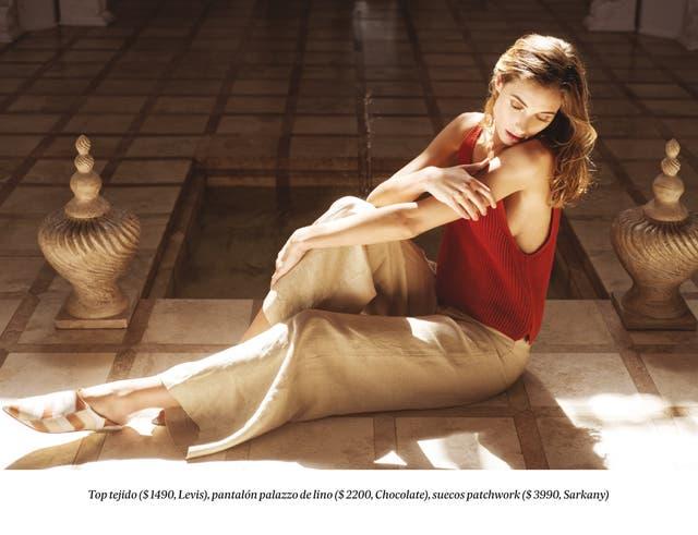 Top tejido ($ 1490, Levis), pantalón palazzo de lino ($ 2200, Chocolate), suecos patchwork ($ 3990, Sarkany)