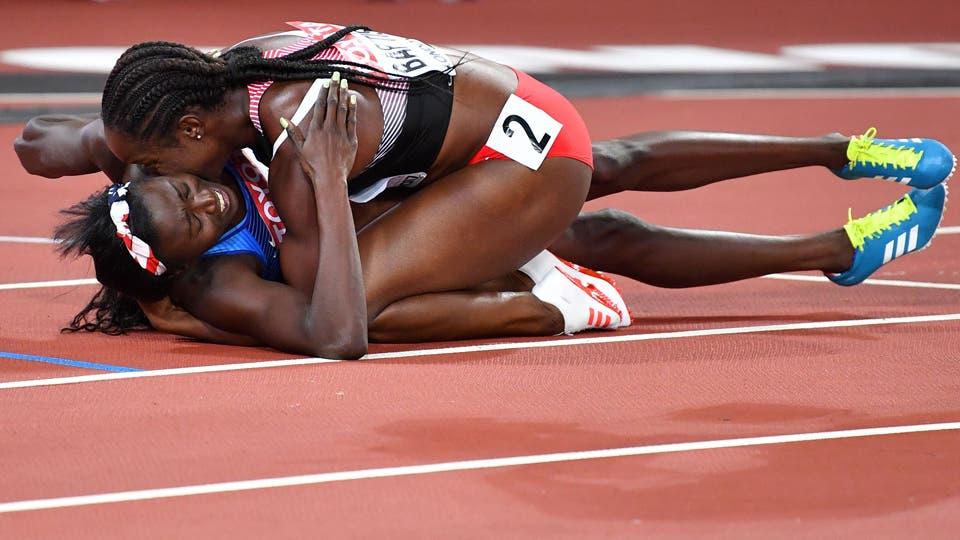 La atleta estadounidense Tori Bowie (L) celebra con Kelly-Ann Baptiste de Trinidad y Tobago después de ganar la final del evento de atletismo femenino de 100 metros. Foto: AFP