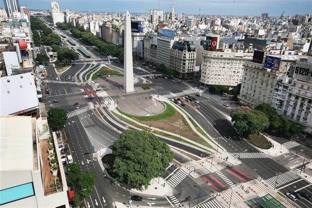 A las 13.48. La zona del Obelisco reflejó el alcance de la medida: hubo poca gente y ningún transporte público,13 hs.