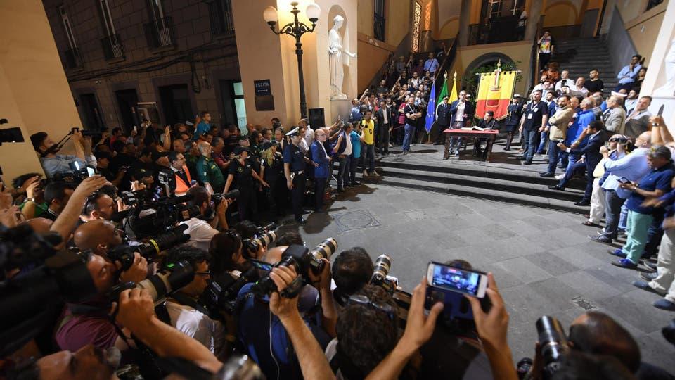 Diego Maradona durante la ceremonia en la que se le concedió el título de ciudadano honorario de Nápoles, Italia. Foto: AP / Ciro Fusco