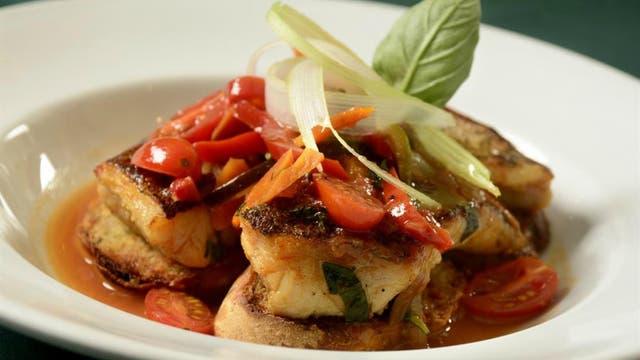 Recetas caseras: pesca con tomate, aceitunas y perejil