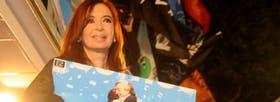 Cristina Kirchner, se aferra a una imagen en la que se la ve abrazada a su marido