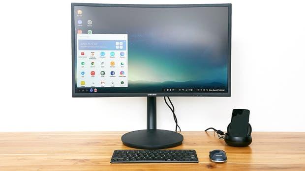 El Galaxy S8 con la base DeX y el modo de escritorio activo