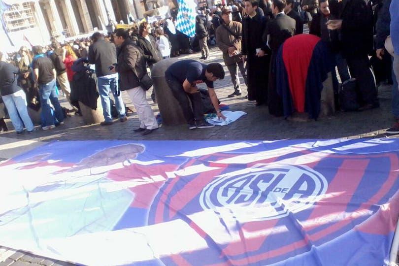 La bandera que estuvo a metros del Papa. Foto: @alearnoletti