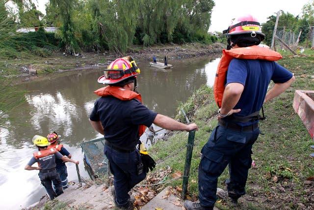 Los bomberos buscaron ayer cuerpos en el arroyo El Gato, que Cristina Kirchner dijo que estaba intubado