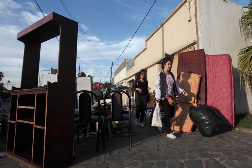 Por toda la ciudad se ven casas enteras sobdre las veredas. Foto: LA NACION / Santiago Hafford