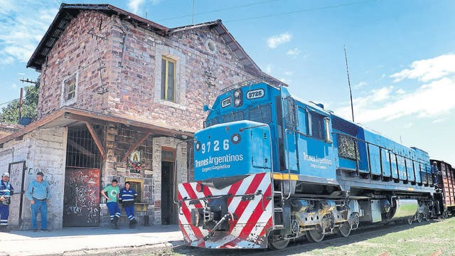 La vieja locomotora, al frente de 13 vagones, en Jujuy