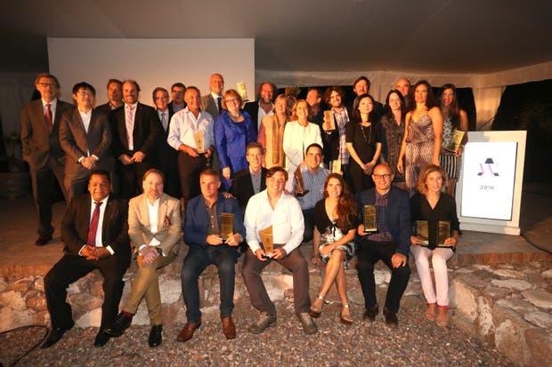 Los ganadores de los AWA junto a los integrantes del jurado