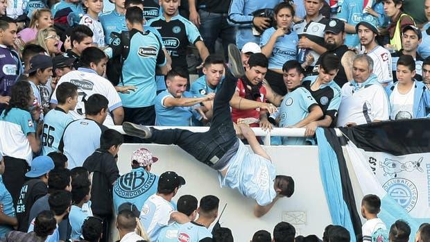 El momento en el que Balbo es arrojado desde la tribuna del estadio Mario Kempes