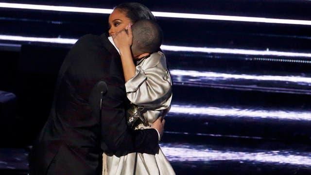 No hubo beso... pero hubo abrazo. ¡Conformate, Drake!
