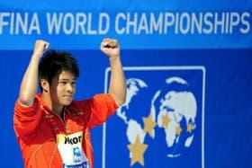 He Chong celebra con su medalla de oro en Roma
