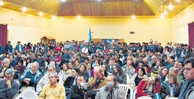La asamblea realizada anteanoche, en el salón municipal de la ciudad de Aluminé, reunió a 300 personas