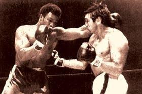 El primer choque con George Foreman (izq.), el 16 de febrero de 1970, en Nueva York; Peralta perdió por puntos