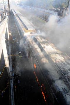 Los bomberos combaten  el incendio producido por un grupo de personas que saquearon la boleteria e incendiaron vagones del ferrocarril Sarmiento en la estacion de Ciudadela. Foto: Télam