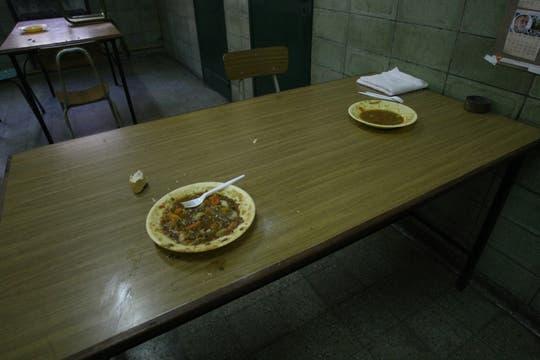 Un plato de comida, a la espera de un interno. Foto: lanacion.com / Guadalupe Aizaga