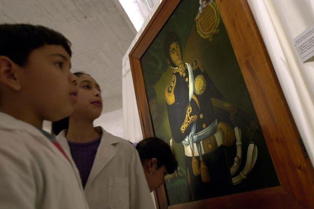 Los niños observan la pintura de general en una muestra en honor a José de San Martín