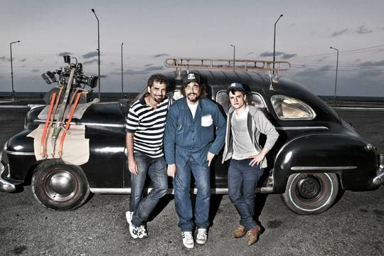 Josh Hutcherson junto a los actores Vladimir Cruz y Benicio del Toro en el rodaje del film Siete días en Laa Habana  (2011). Foto: Archivo