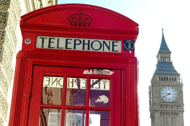 Las cabinas telefónicas y los colectivos de doble piso son dos de los íconos más representativos del Reino Unido