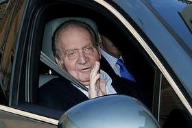 El rey Juan Carlos ingresó hoy a una clínica de Madrid donde será operado de una hernia discal