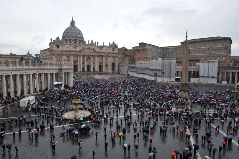 Miles de fieles se reúnen en la plaza San Pedro a la espera del nuevo papa. Foto: AFP