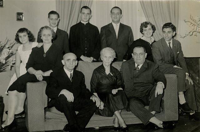 Todos los Bergoglio de izq. a der.: fila de atrás, María Helena, Regina, Alberto, Jorge Mario, Oscar, Marta y su marido; Juan y María (los abuelos) y Mario