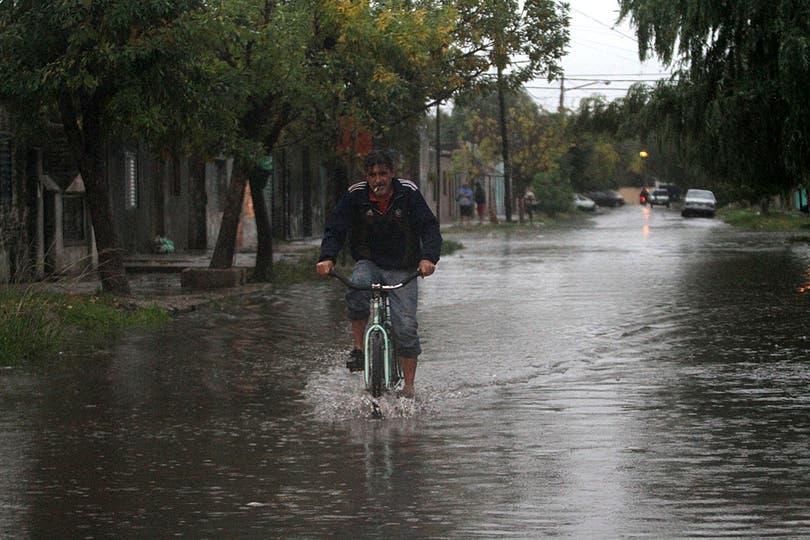 En algunos barrios el agua llegó a un metro, hay evacuados y cortes de luz; cayeron 168 milímetros entre las 4.30 y las 7.30. Foto: DyN